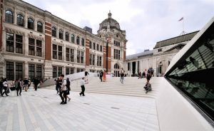 "LONDON - JULY 2, 2017. The new courtyard at the west entrance to the huge underground galleries of the Victoria & Albert Museum, designed by Amanda Levete at South Kensington, London. - Ron Ellis / <a href=""https://www.shutterstock.com/fr/image-photo/london-july-2-2017-new-courtyard-674720086?src=qetY5vdko_h_L11tOFmvkQ-1-10"">Shuttertsock</a>"